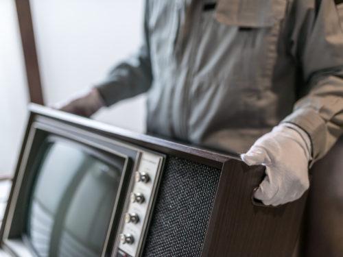 ブラウン管テレビを搬出するスタッフ