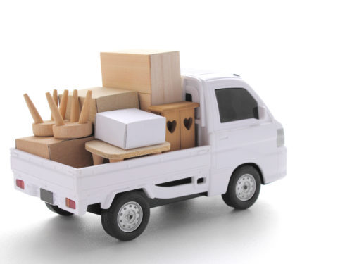 不用品を運搬する軽トラック