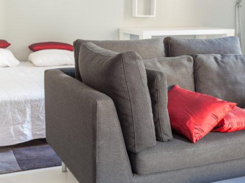 民泊として使用されていた部屋のソファーとベッド