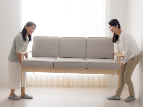 不要な家具を運ぶ