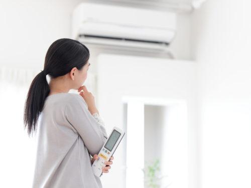 エアコンに悩む女性