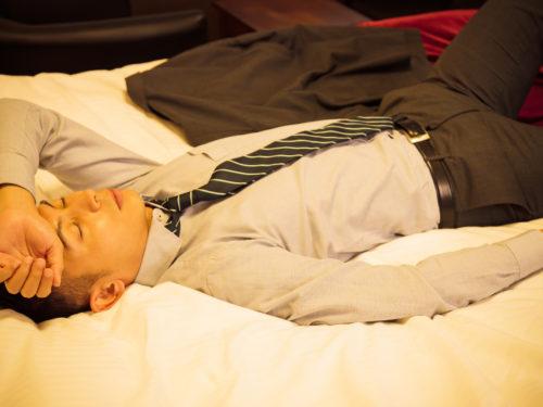 ベッドに寝る男性