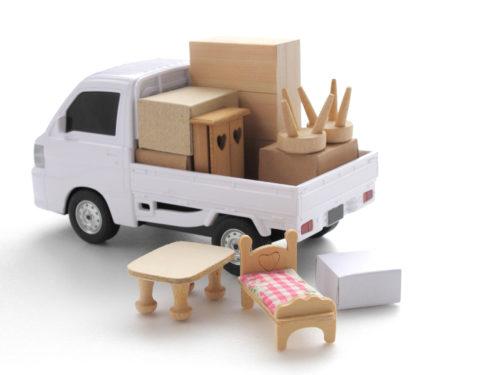 荷物の積まれた軽トラック