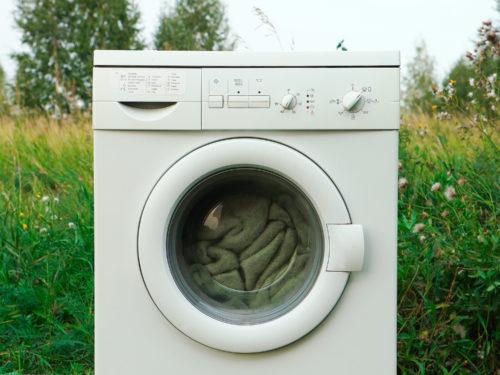 屋外に置かれた洗濯機