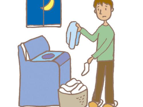 夜間に洗濯をする男性