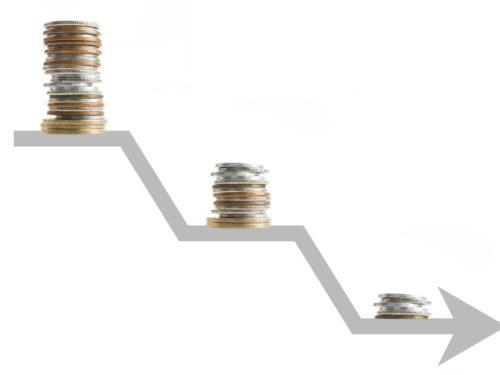 下降する矢印と硬貨