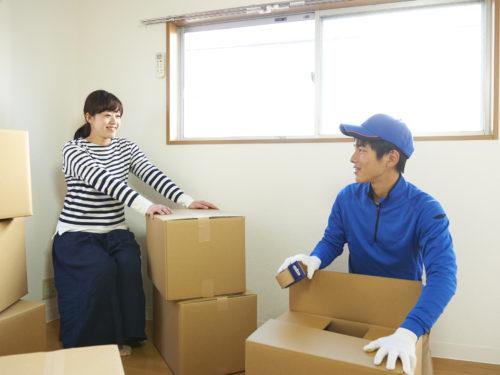荷造りをする女性と便利屋の男性