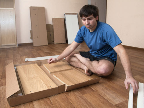 家具を組み立てる男性