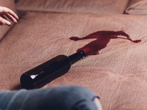 ソファに溢れた赤いワイン