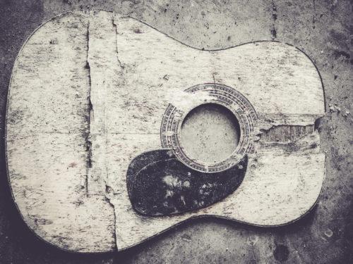 壊れたアコースティックギター