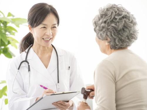 心療内科で問診を受ける高齢女性