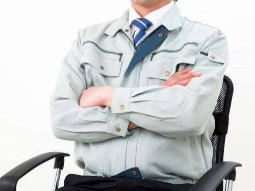 腕を組む公務員男性