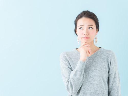 考えるセーターを着た女性