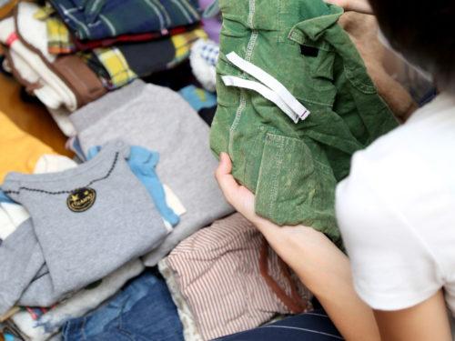 子供服を整理する主婦