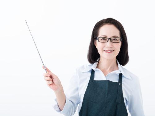 指示棒を持ったベテラン主婦
