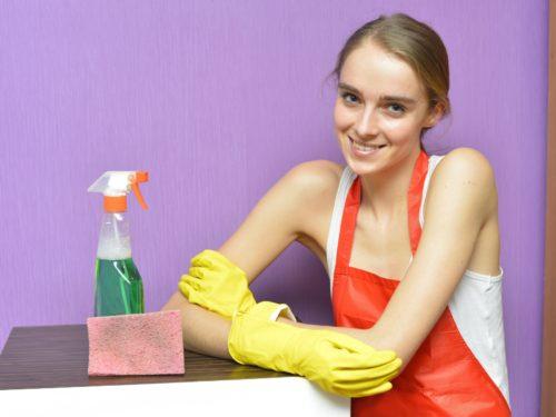 洗剤の横で微笑む女性